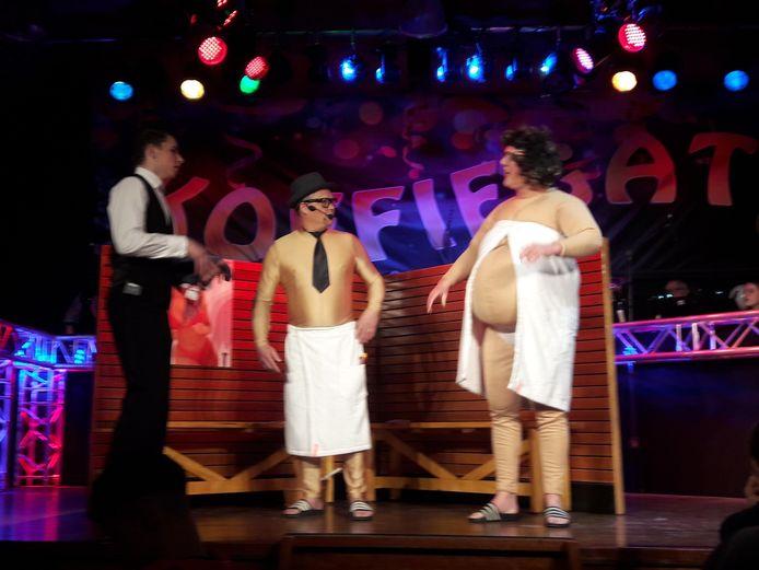 Nol en Grarda tijdens hun saunabezoek tijdens de Koffiegatse Zittingsavonden in Westerhoven met ober Teun Kuijlaars.