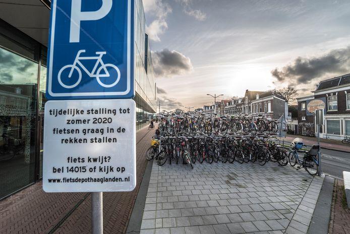 Een tijdelijke fietsenstalling in de Delftse binnenstad.