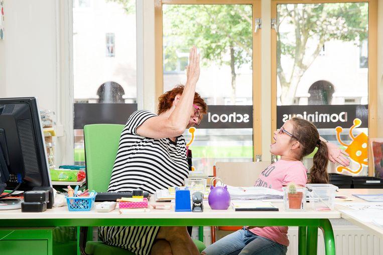 José Diederiks geeft een high five (links) en Anne Diehle repeteert de aanstaande musical. Beeld Peter de Krom