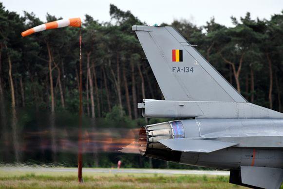 Een F-16 verlaat luchtmachtbasis Kleine Brogel.