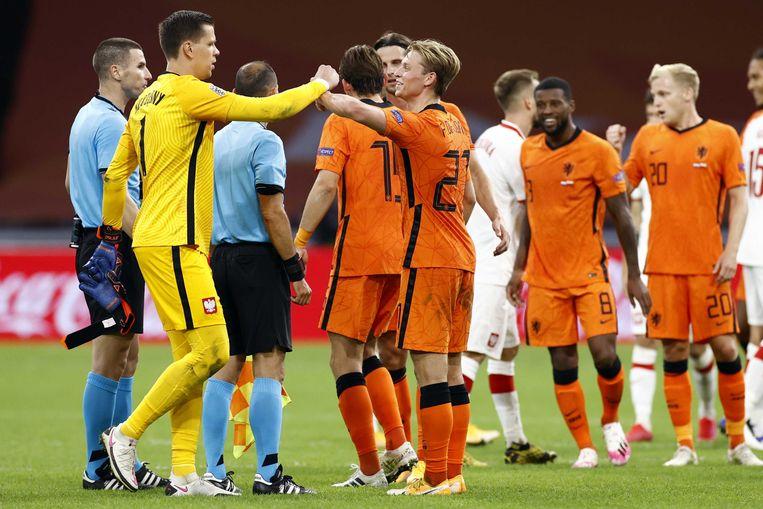 Keeper Wojciech Szczesny van Polen en Frenkie de Jong na afloop van de kwalificatiewedstrijd tussen Nederland en Polen in de Johan Cruyff Arena.  Beeld ANP